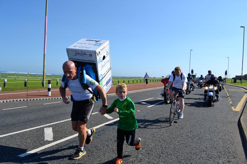 Необычный рекорд: марафон с холодильником на плечах