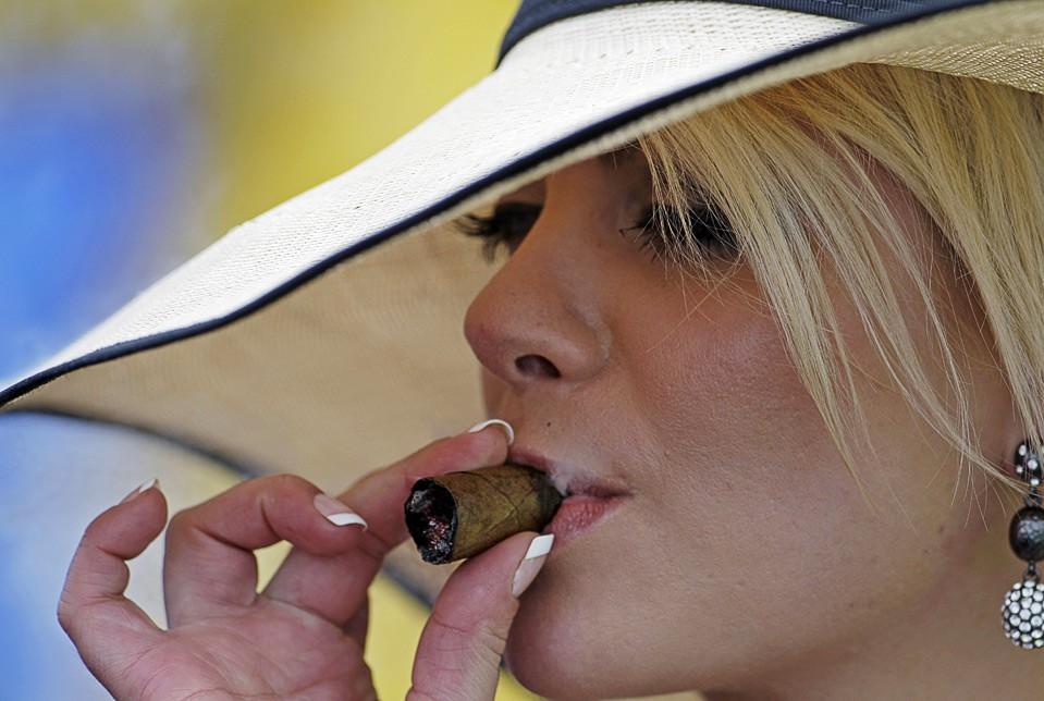Госдума может разрешить курение в барах и поездах на год