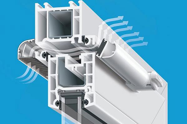 Оконный приточный клапан устроен так, чтобы поступающий через него холодный воздух направлялся вверх, к потолку комнаты.