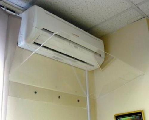 Экран перенаправляет потоки воздуха от кондиционера к потолку