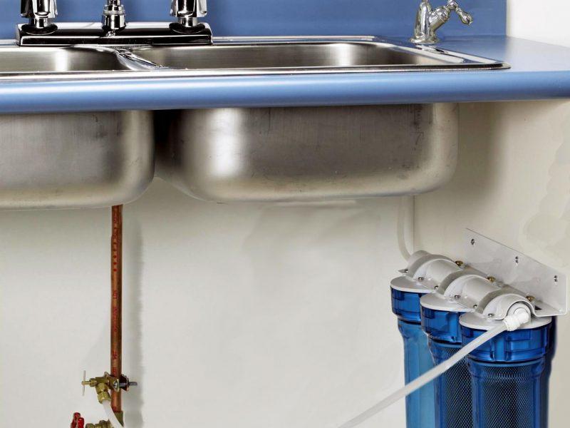 Все питьевые фильтры, которые устанавливаются под мойку, делятся на два основных класса: проточные и мембранные