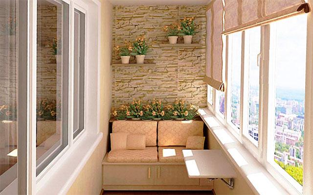 Зона для отдыха на застекленном балконе